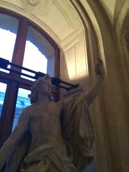 Louvre statue selfie